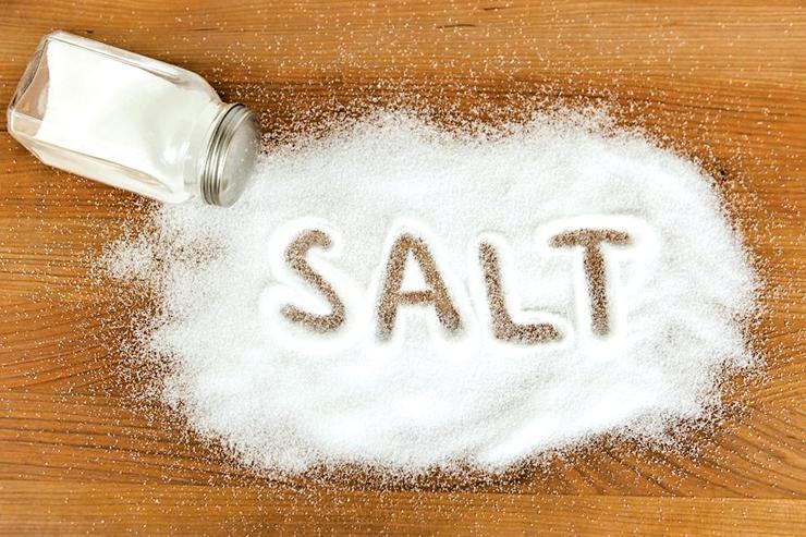 Largojeni dhimbjen e kokës me pak kripë