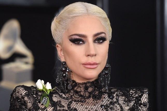Lady Gaga nxjerr në pah anën e saj humanitare  surprizon të evakuarit në strehën e formuar pas zjarreve masive