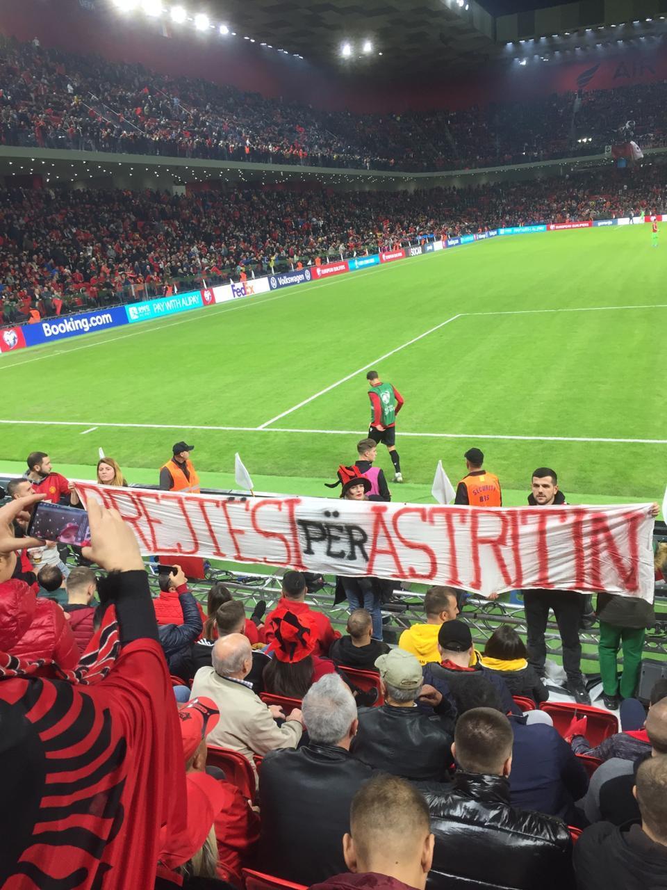 Shqiptarët inagurojnë stadiumin me thirrjet Rama ik dhe Drejtësi për Astirin