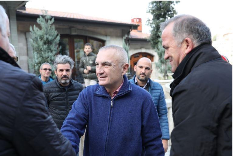 Presidenti Meta viziton disa familje në Krujë  të prekura rëndë nga tërmeti  Ndjekja e verifikimeve të para është e domosdoshme për zgjidhje të sigurta