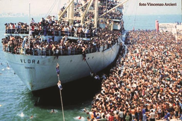 """Eksodi i Shqiptarëve drejt botës së lirë. 8 gusht 1991,, 20 mijë shqiptarë  me anijen """"Vlora"""" nisen drejt Italisë   Gazeta Telegraf"""