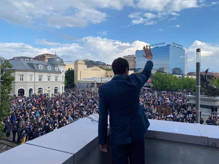 Përkrahësit e Vetëvendosjes mbushin sheshin në Prishtinë  Albin Kurti i përshëndet nga ballkoni i qeverisë  Duam zgjedhje