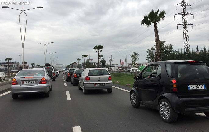Aksident në autostradën Durrës Tiranë  makina përplās motorin  drejtuesi i tij me urgjencë drejt spitalit