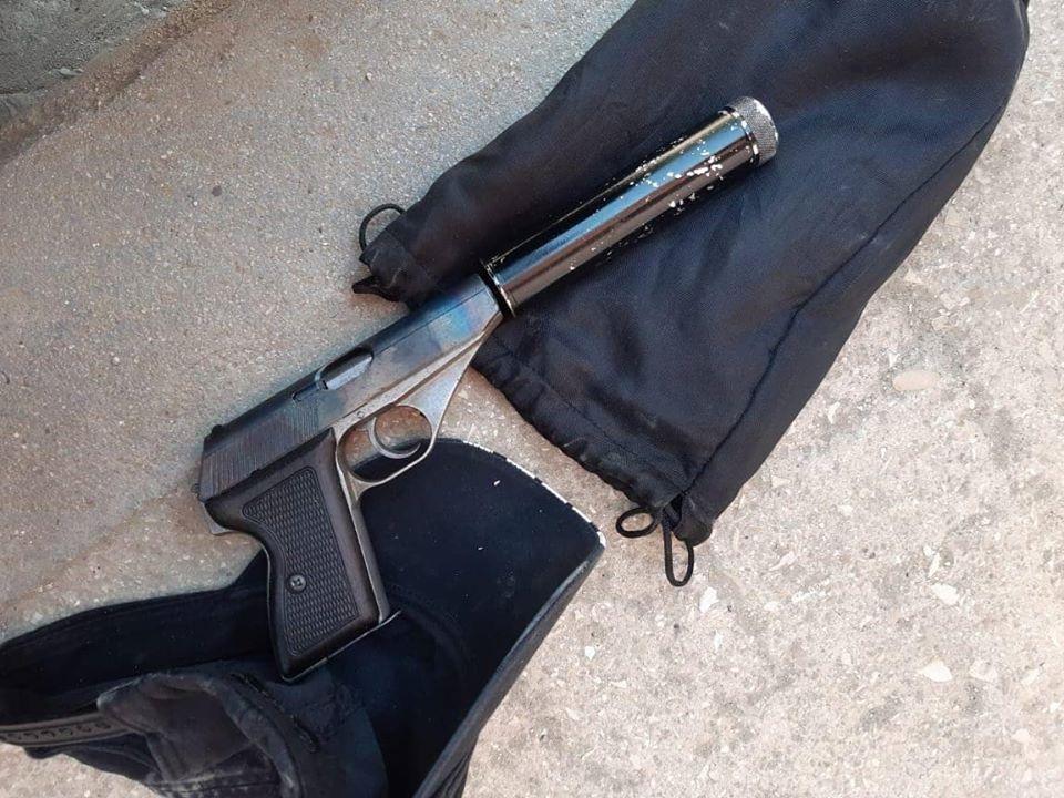 Do e kontrollonin për drogë  policia i kap pistoletë me silenciator 32 vjeçarit në Tiranë