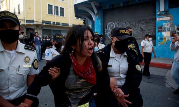 Një demonstrues arrestohet gjatë përleshjeve midis policisë dhe protestuesve në Guatemalë