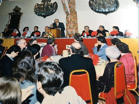 """Z. Tonin Mirakaj, Kryetari i Këshillit të Kishës """"Zoja e Këshllit të Mirë"""" dhe drejtuesi i darkës duke hapur ceremoninë e darkës dhe duke përshëndetur të pranishmit në shqip dhe anglisht."""
