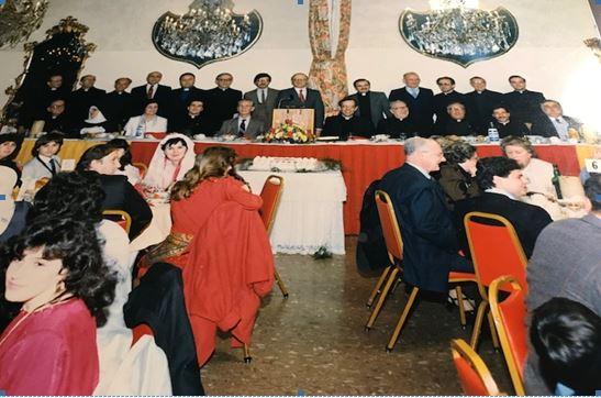 Tavolina e nderit në darkën madhështore 35 vjetë më parë me rastin e shusgrimit meshtra të Don Pjetër Popaj. Në këmbë nga e majta: Don Prënk Ndrevashaj,Don Lazër Shëldia, Don Simon Filipaj, Prof. John Cardino, Don Mark Sopi, patër Andrea Nargaj, Frank Shkreli, Kryetari i darkës, Tonin Mirakaj, Diakoni Gjeto Bajraktari, Dodë Gega dhe Don rrok Mirdita –ulur nga e majt: Mons Zef Oroshi, Motra Bernardina Gazivoda. Lina Popaj dhe Ndoc Popaj, prindërit e Don Pjetrit, Don Pjetri dhe disa klerikë amerikanë.