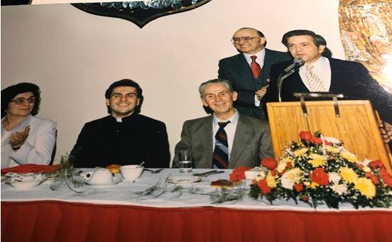 Don Pjetër Popaj ulur midis babait Ndoc dhe nënës Lina Popaj gjatë darkës me rastin e shugurimit të tij, 24 Nëntor, 1985. Si ]ç duket në fotografi të asaj nate, Kryetari i darkës, Z. Tonin Mirakaj buçonte nga gëzimi me këtë rast.