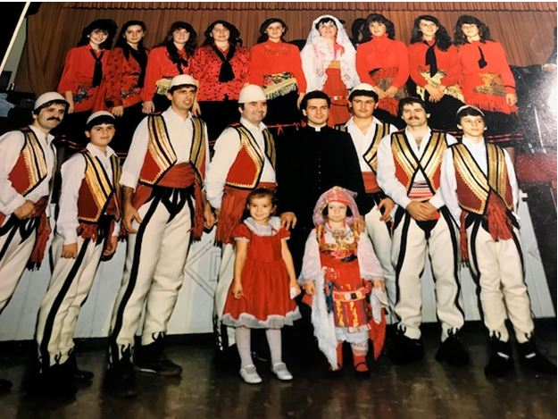 """Argëtimin e darkës e benë dy orkestra, njëra shqiptare dhe tjetra amerikane, si edhe grupi i kercimtarëve """"Rozafati"""", i Kishës Katolike Shqiptare, udhhequr nga Miljana Mirakaj, antarët e të cilës ishin të veshur me kostume kombëtare dhe përformuan këngë dhe valle nga të gjitha trojet shqiptare."""